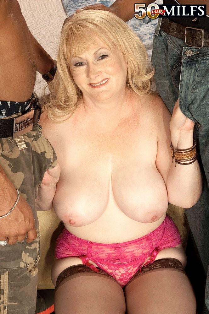 Girl boods ass nude
