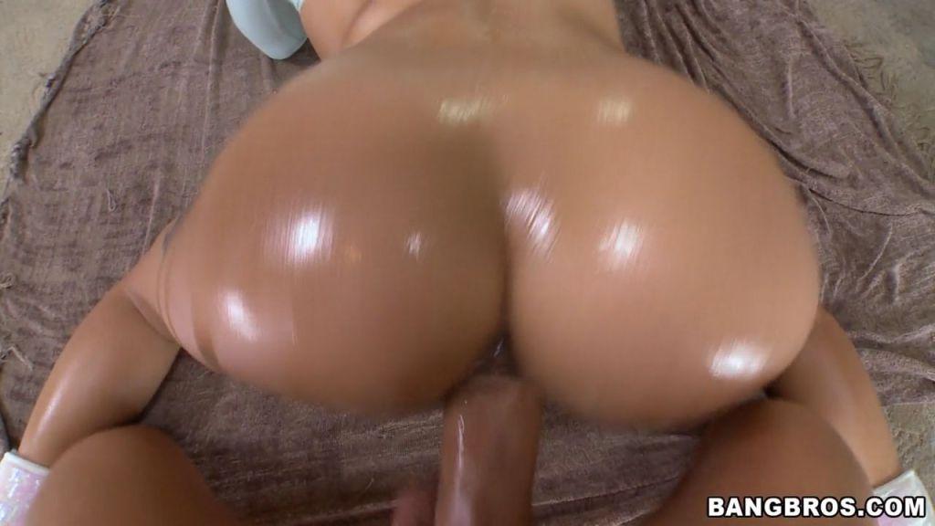Bootylicious Jynx Maze shows her big latina ass