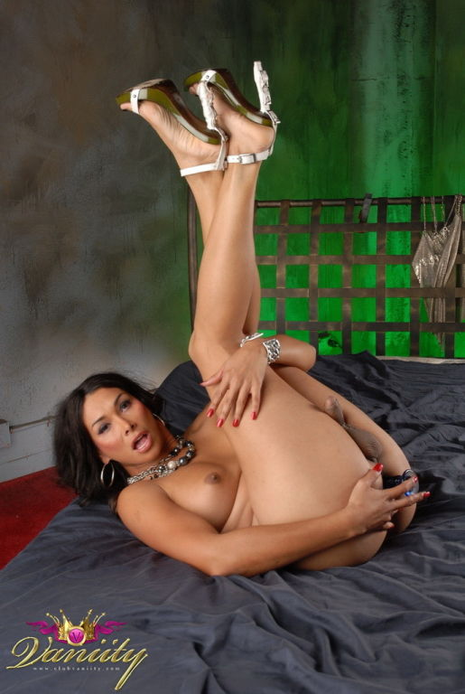 TS Vaniity Fucking Her Tight Bunghole With Butt Pl