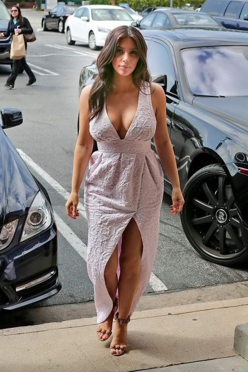 Kim Kardashian showing huge cleavage while shoppin