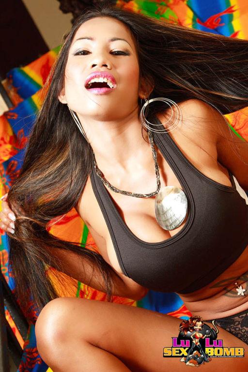 Lulu Sex Bomb posing nude on colorful set