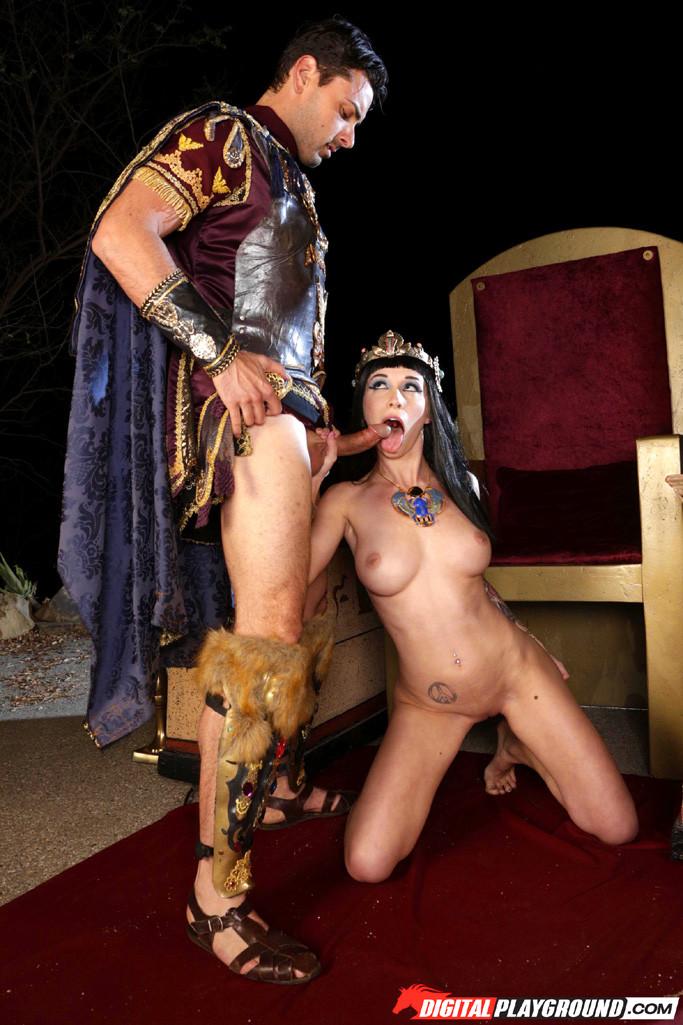 Рабыня трахает королеву