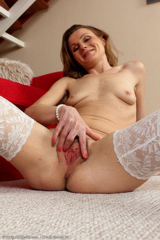 Mature Suzy Losson from AllOver spreading her tigh