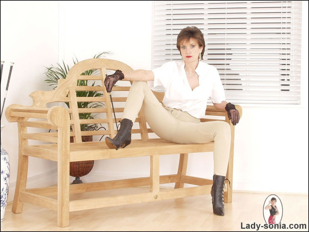 Riding mistress Lady Sonia in tight jodhpurs