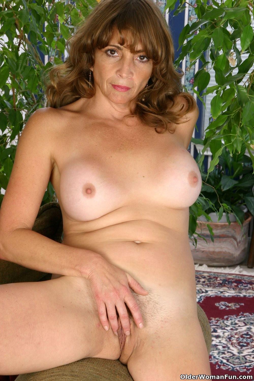 там снимут зрелые женщины показывают тело красотка расслабилась