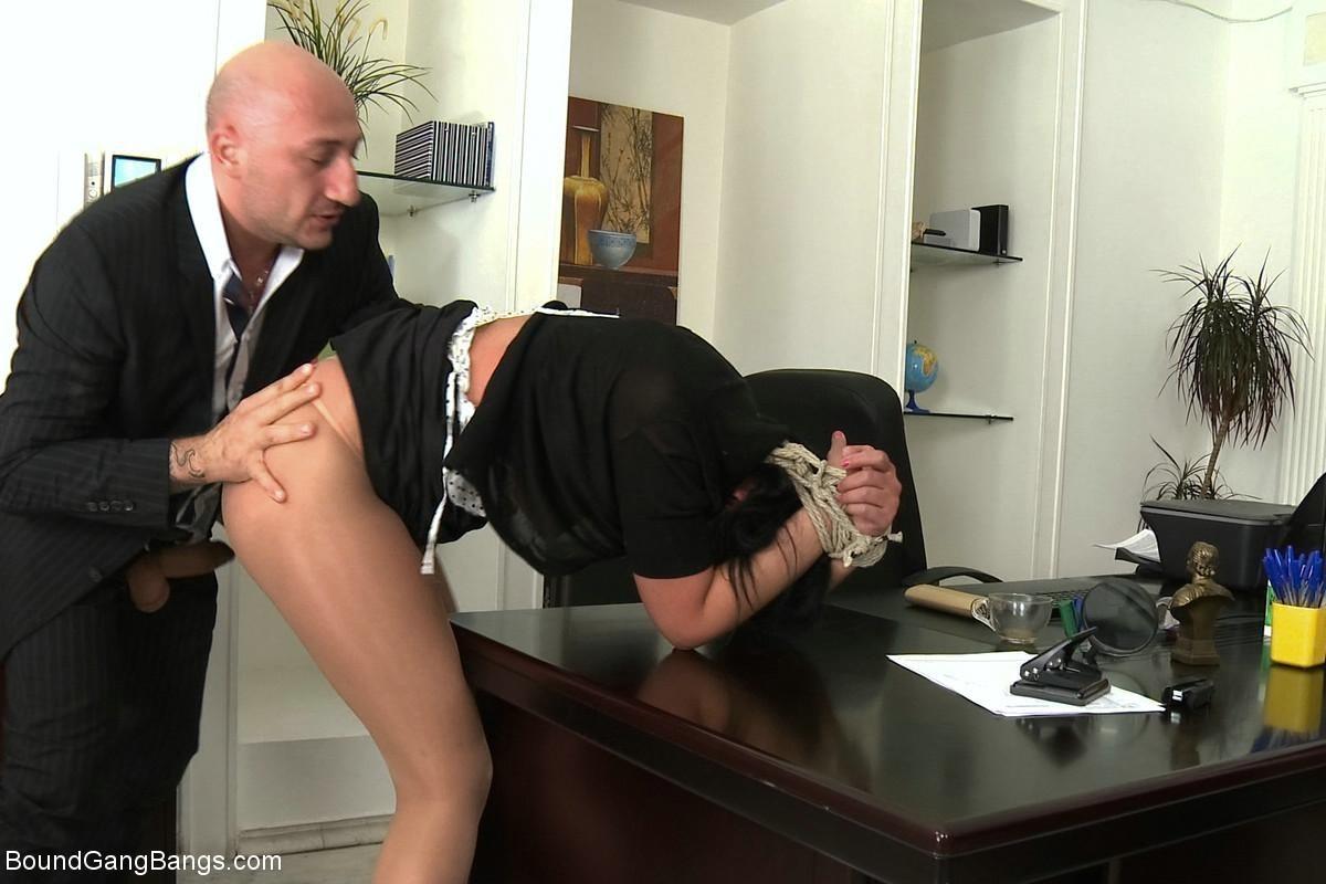 Порно Босс Отдал Трахнуть Свою Секретаршу Партнеру