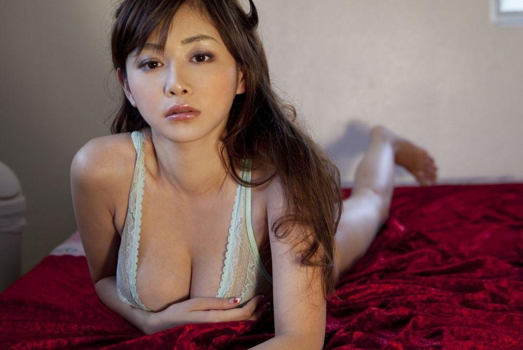Anri Sugihara posing her huge tits in sexy lingeri