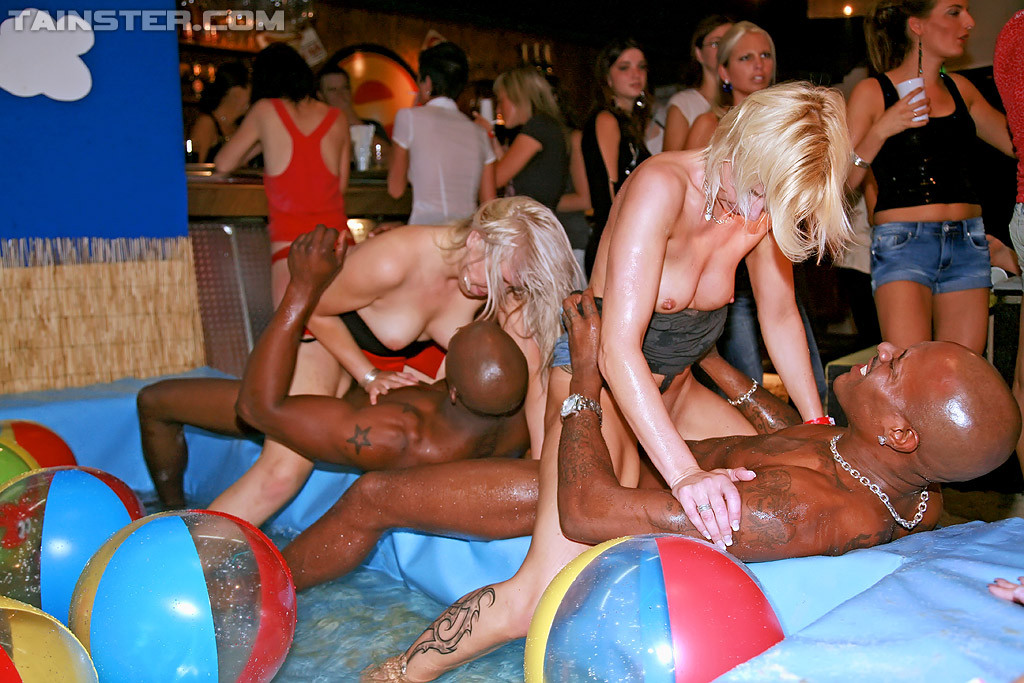Hure Hangetitten Sexmaschine Partysex