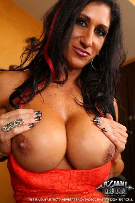 Muscle MILF Elisa Ann sensual striptease
