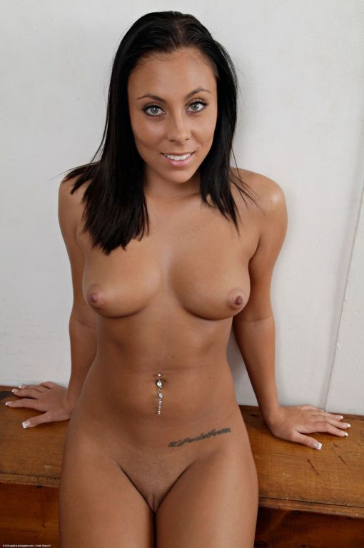 Teen beauty Gianna pleasures her pretty little pus