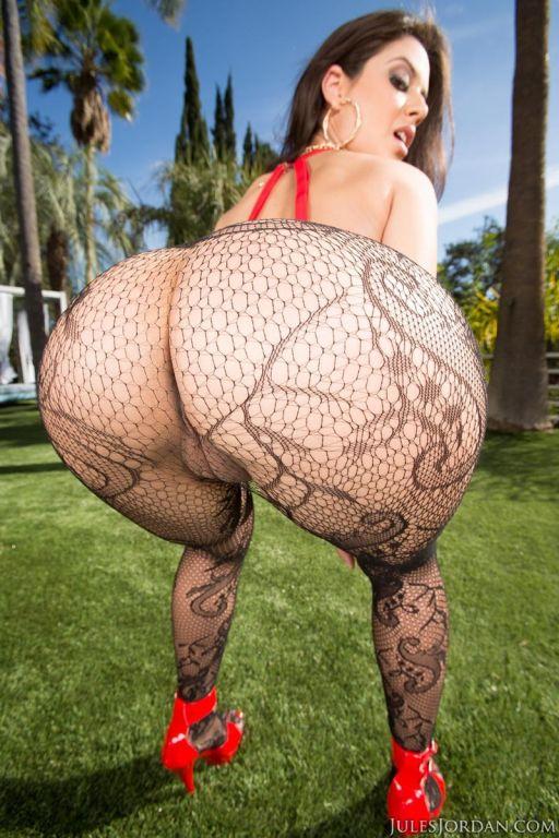 Round ass goddess rides a huge dong