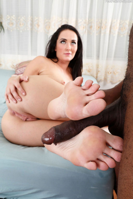 Bianca gets her toes sucked
