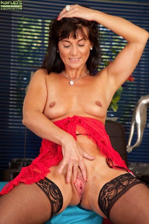 Horny older wife Lelani Tizzie naked in stockings