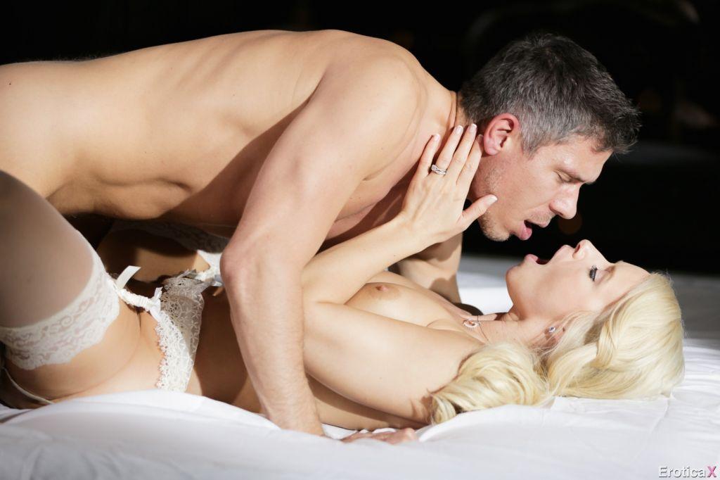 Порно в чулках юбку подняли и трахнули красивую попку всего хотел