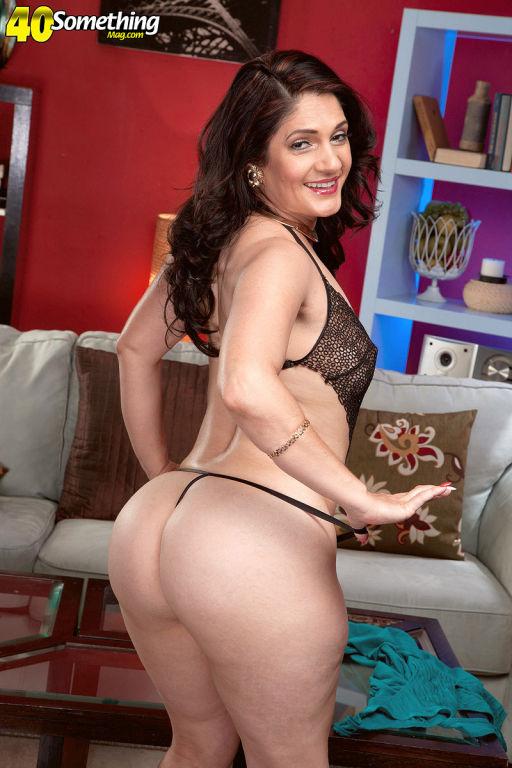 Bigassed Cuban hottie Sabrina Santos rubs her puss