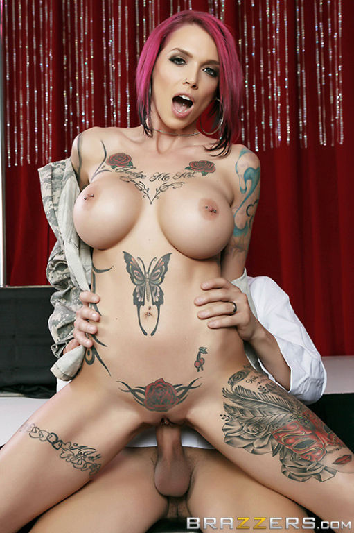 фото татуированная актриса порно кончит