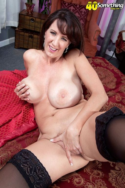 The ultimate cougar Cassie Cougar masturbating in