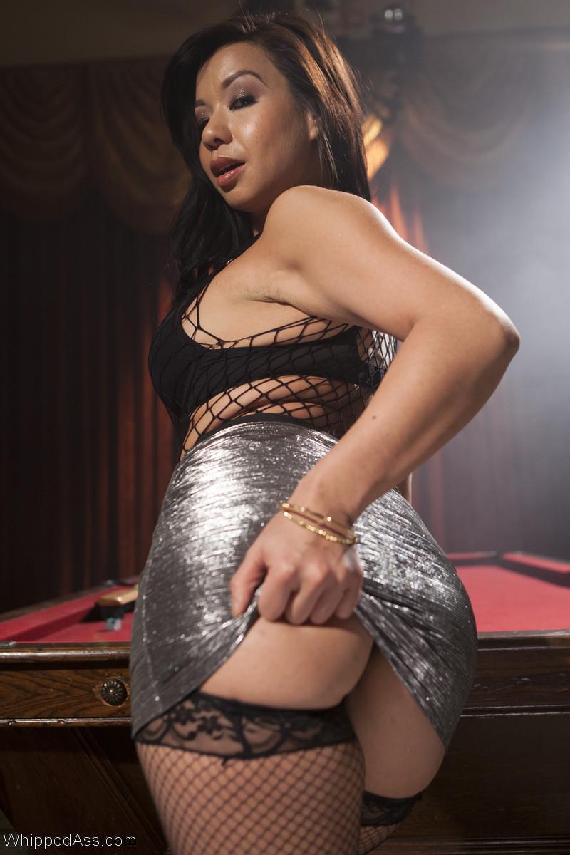 Babe shows boobs