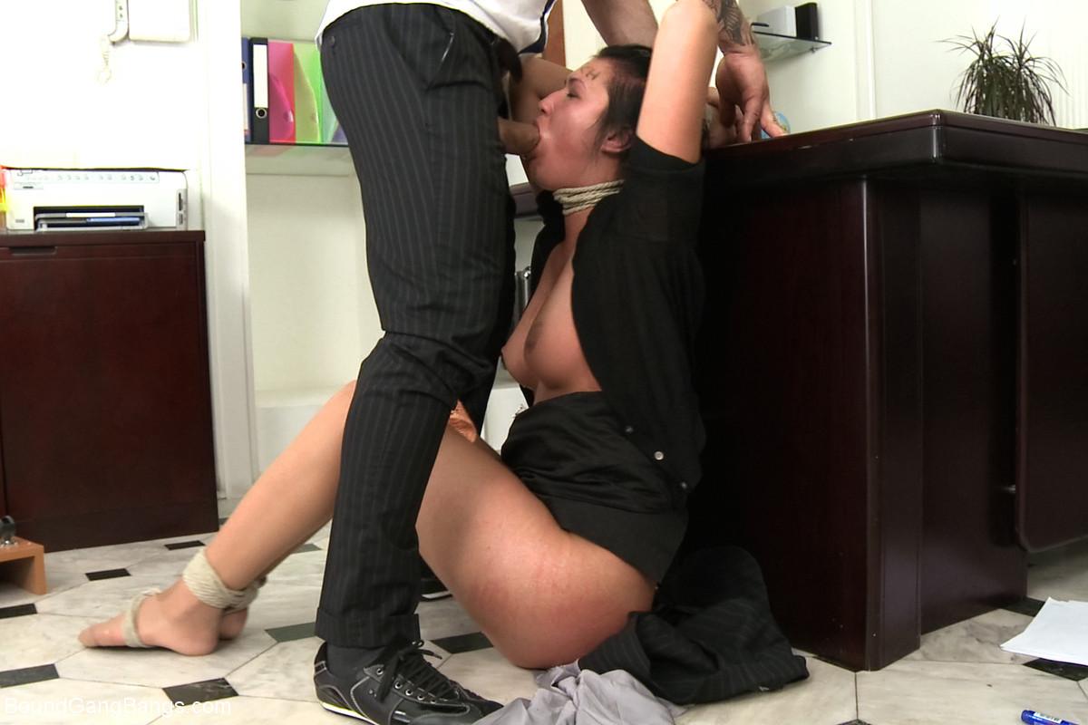 Спрятался Под Стол Порно Видео