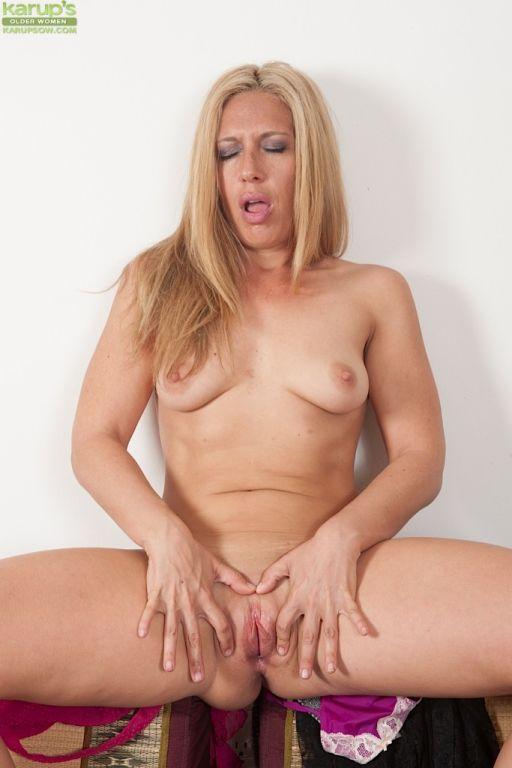 Horny mature babe Stevie Lix fingering her twat