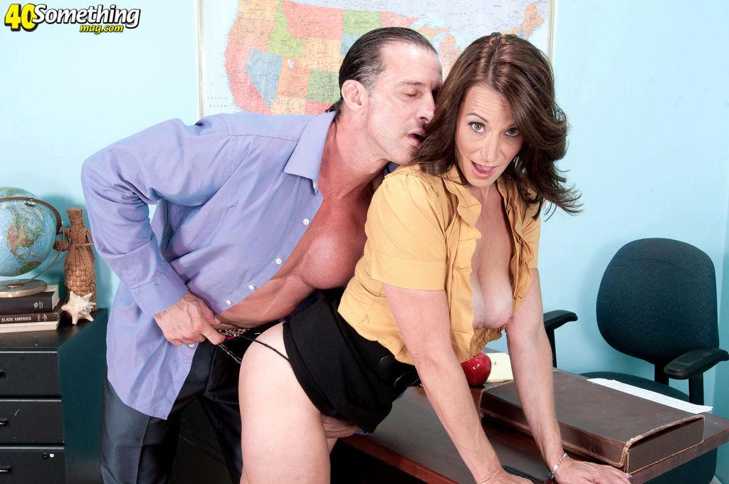 Hot Sexy MILF Mimi Moore Loves Deep Pussy Fucking