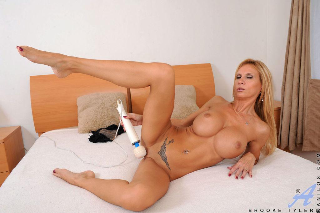 Glamorous blonde Brooke Tyler masturbates with a p