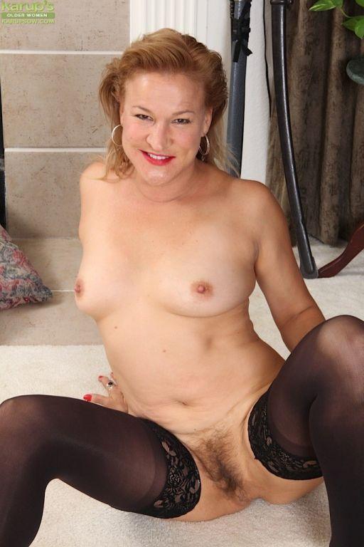 Mature babe Sabina Wexler spreads her hairy older