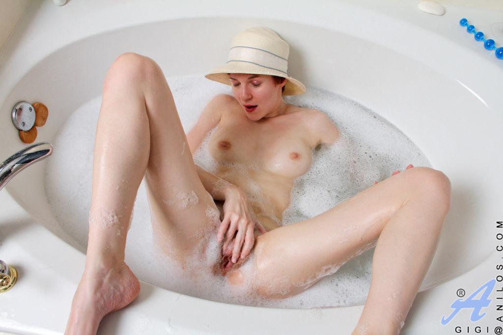 Seductive cougar Gigi stuffs her hairy wet pussy w
