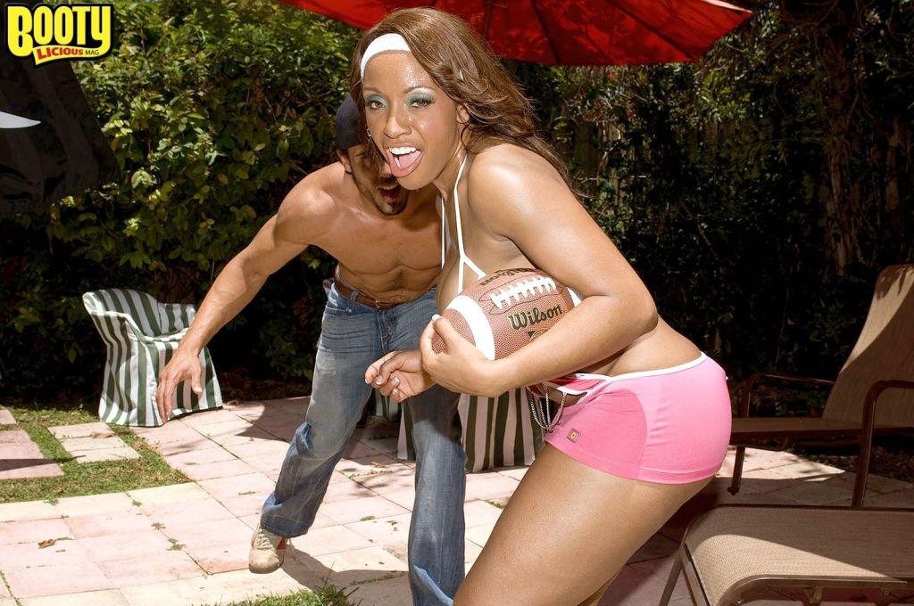 Black athletic milf likes anal sex
