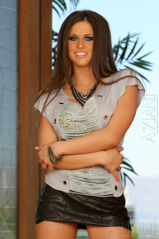 Sexy brunette babe, Rachel Roxxx, is styling! Wear