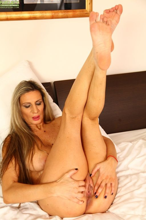 Busty cougar Mercedes Silver fingers her snatch