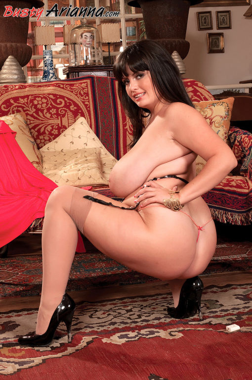 Big boobed Arianna Sinn posing just for you