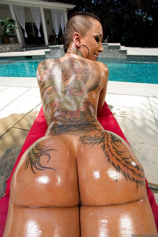 Tattooed pornstar Bella Bellz demonstrates her per