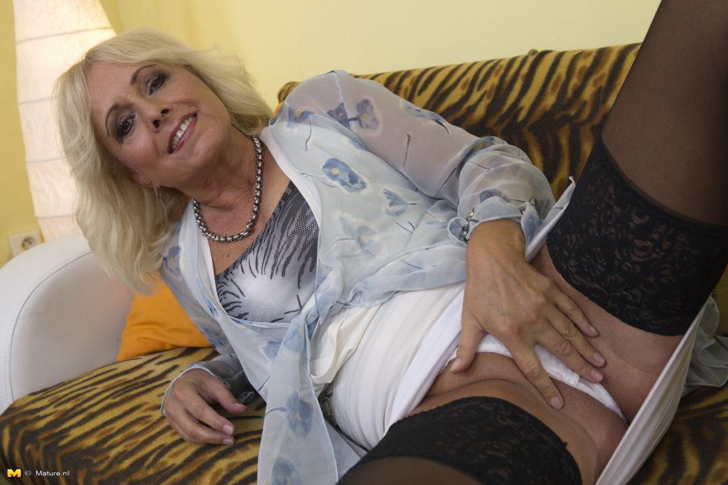 HD Blonde mom upskirt