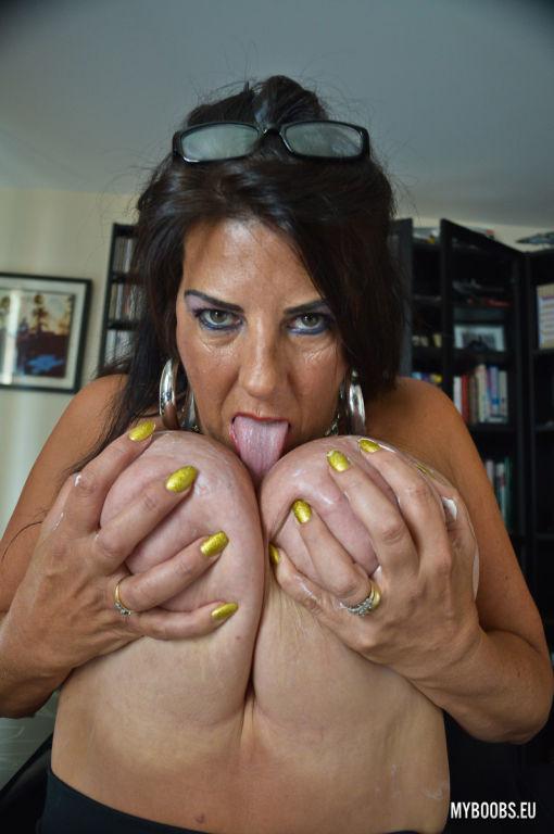 New model Lulu Lush masturbates in Office