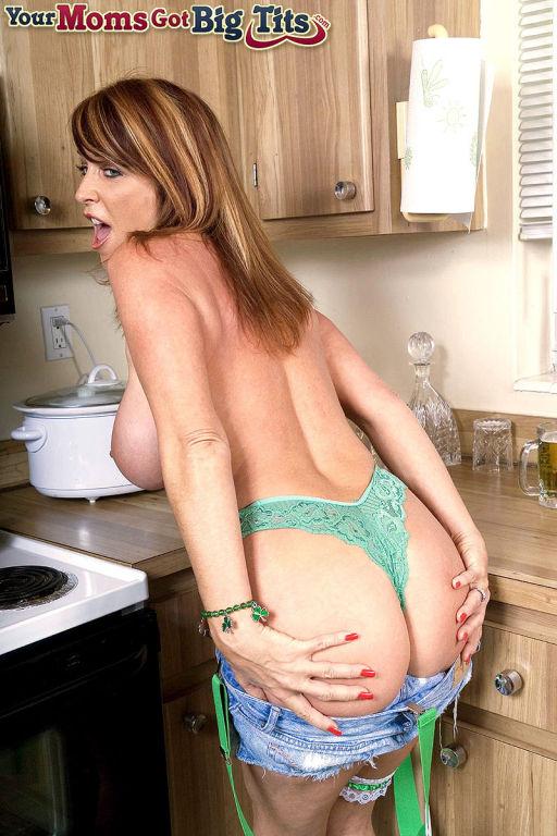Mature babe Rachel Steele with big Tits