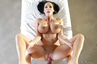 Brunette cougar Veronica Rayne having huge natural