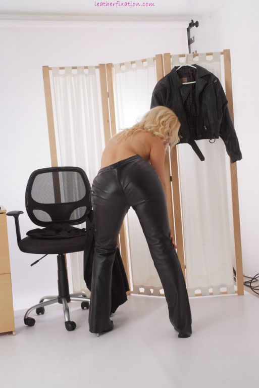 Office babe removes her skirt and changes into lea