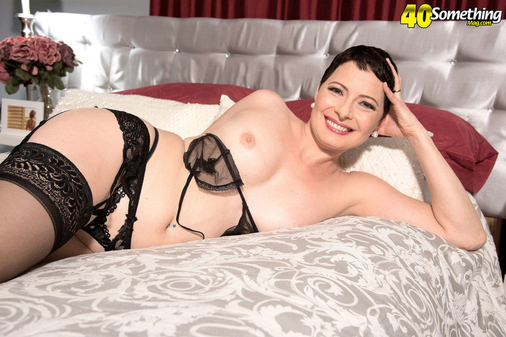 Sexy mature pornstar Kali Karinena spreading in bl