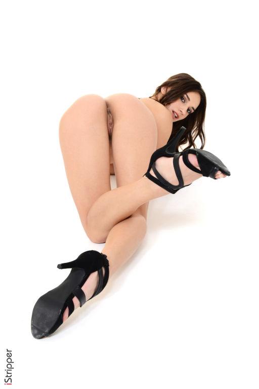 Gorgeous babe Gloria spreading in high heels