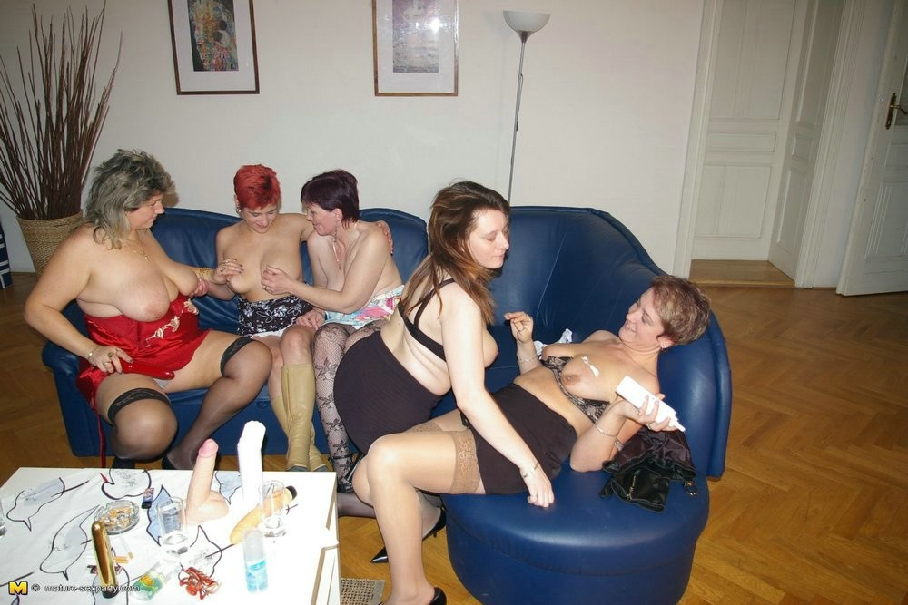 Redhead lesbos horne masturbatian