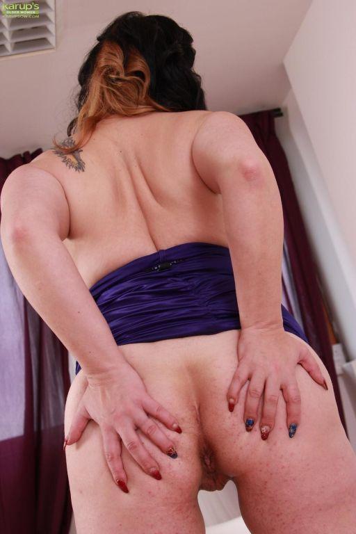 Bosomy brunette Elle Black rubbing shaved nub!