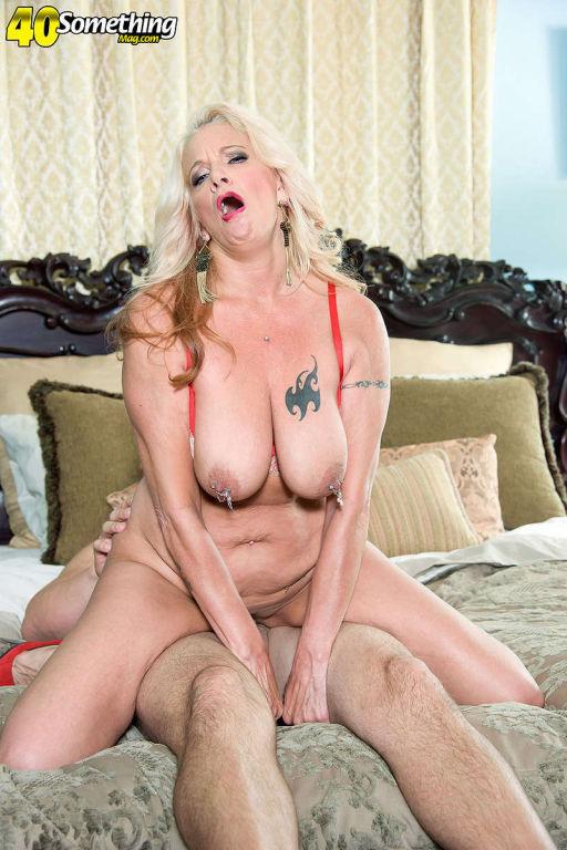 Busty mom Brooklynn Rayne in action