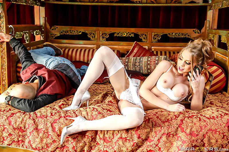 Примеряет нижнее белье в спальне порно видео онлайн