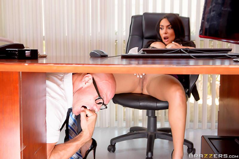 Залезла под стол к подруге порно