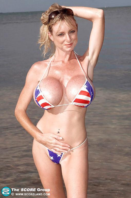 Fit blonde in starsnstripes bikini bares her round