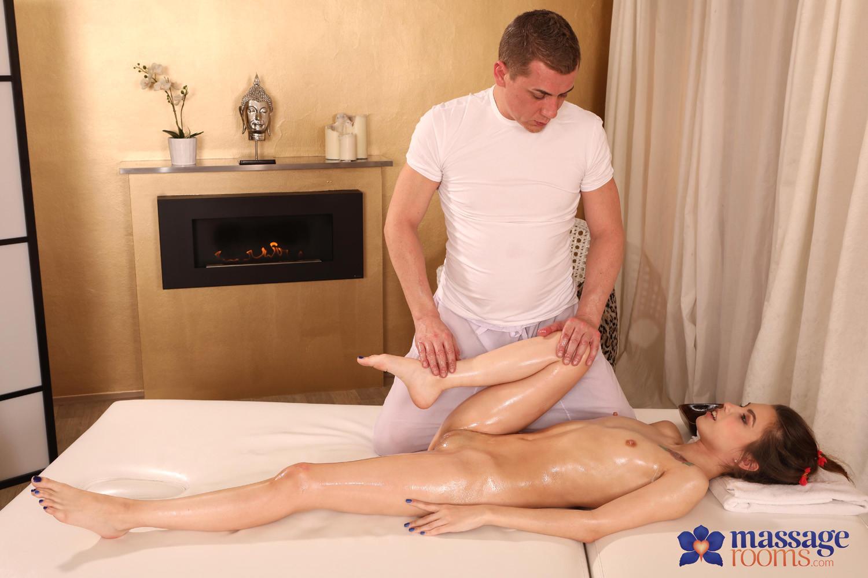 Сексуально озабоченная русская женщина после массажа отдается молодому плане