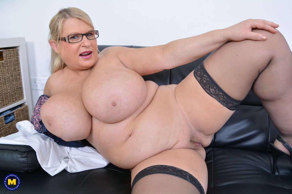 Huge breasted housewife Sammy Sanders playing with