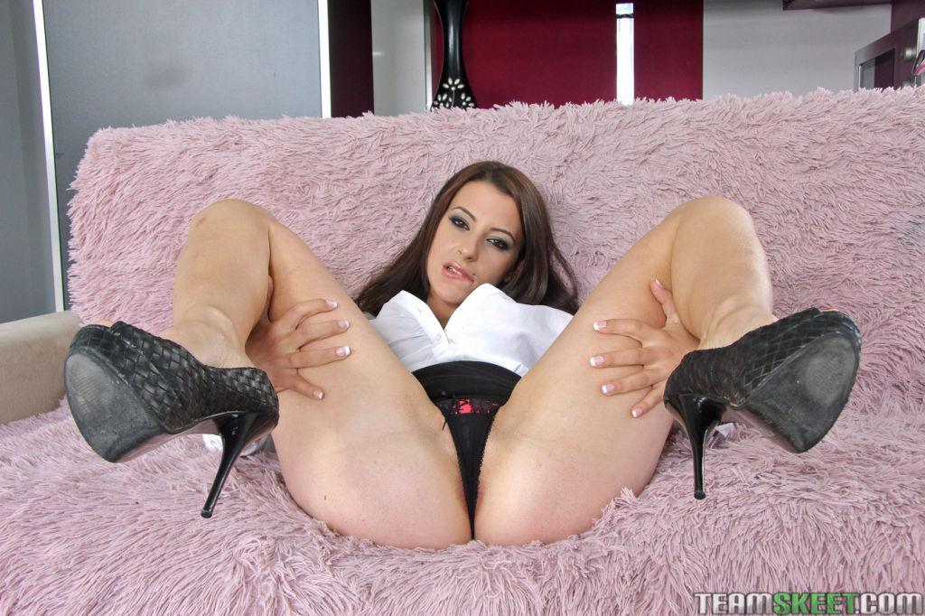 Latina secretary seduces her boss and gives him a