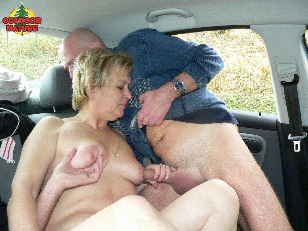 Русское порно со зрелыми в авто где они кончают